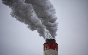 Fabrieken stoten vuile lucht in de buitenlucht. Hierdoor ontstaan te hoge concentraties met vervuiling in de lucht.