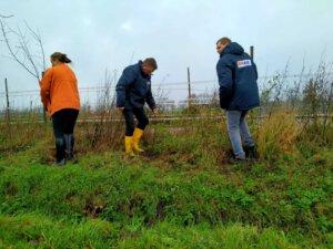 BMAir samen met Lucinda bij zorgboerderij t opstapje druk aan het planten
