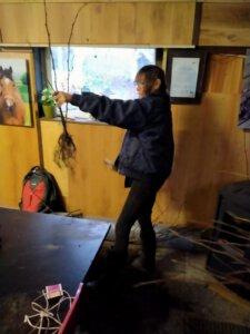 Een cliënt van zorgboerderij 't opstapje doet voorbereidend werk