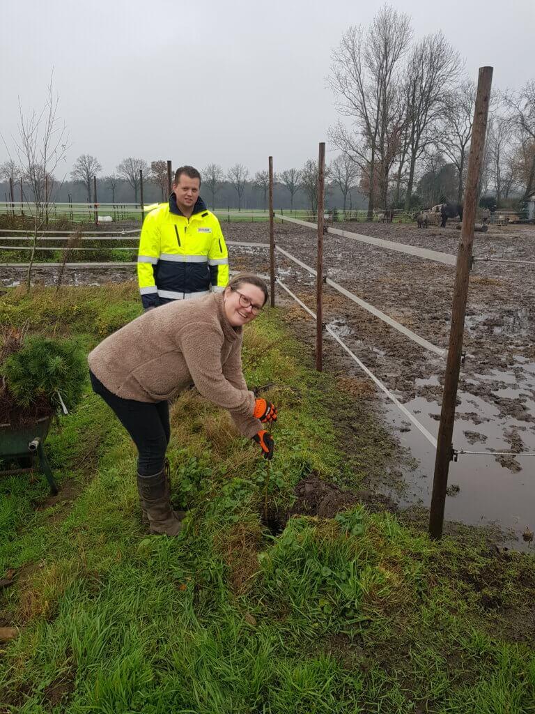 Eigenaresse zoegboerderij 't Opstapje plant eerste boom
